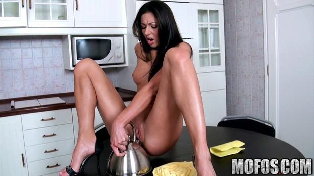 дрочит кухонным краном