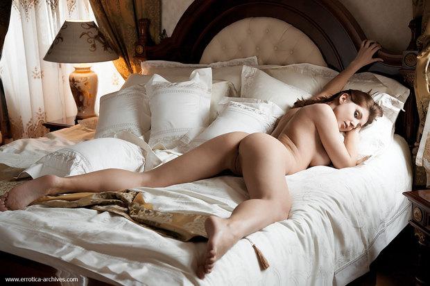 Фото девушка в постели голая